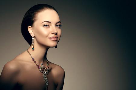 diamante: Modelo de alta moda Beauty Girl Mujer alta moda Vogue Retrato del estilo hermoso moda Señora de lujo precioso diamante collar de la joyería del anillo del maquillaje con estilo Maquillaje Perfect Ojos Piel labios