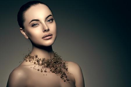 ojos negros: -Alta moda Modelo de la muchacha. Belleza de la mujer de alta moda Vogue estilo Retrato de la señora hermosa chica de lujo de moda con preciosa de la joyería de perlas alrededor de su cuello, collar de estilo de maquillaje, maquillaje piel perfecta, ojos y labios