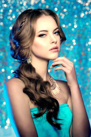 maquillaje de ojos: Modelo de la mujer de invierno magnífico maquillaje de belleza peinado con estilo. Chica joven en el fondo del bokeh. Señora maquillaje Mascara de pestañas largas lápiz labial en los labios sombra de ojos pelo brillante manicura con esmalte de uñas Productos para el tratamiento