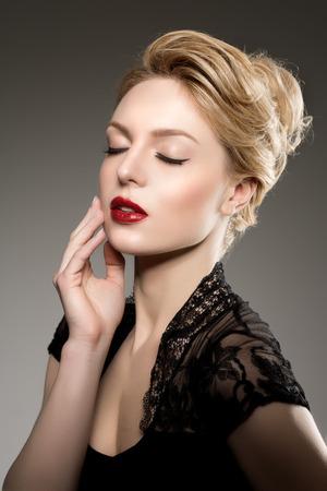 Mooie model vrouw in schoonheidssalon make-up Jonge moderne meisje in luxe spa Lady make-up Mascara voor langere wimpers lippenstift op de lippen oogschaduw glanzend haar manicure met nagellak Producten Behandeling