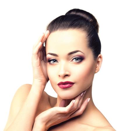 Mujer modelo hermosa en la belleza del maquillaje del salón Joven moderna en el spa de lujo Señora componen rimel para pestañas largas lápiz labial en los labios ojo sombra manicura pelo brillante con el clavo Productos esmalte Tratamiento Foto de archivo