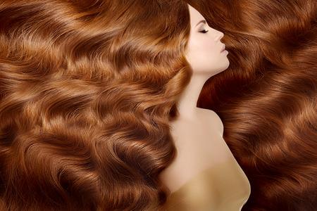 pelo largo: Mujer con el pelo largo de color rojo.