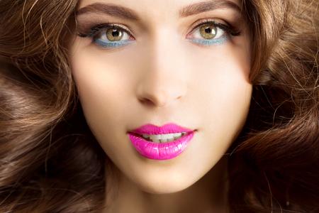ojos verdes: Hermosa mujer con los labios brillantes
