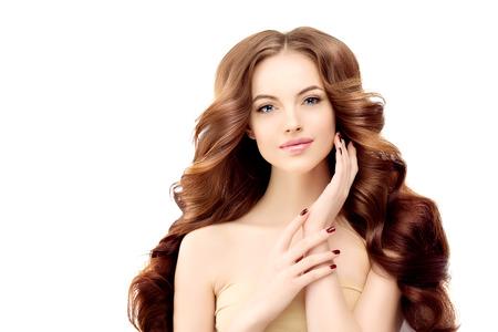長いウェーブのかかった髪の女性モデル。