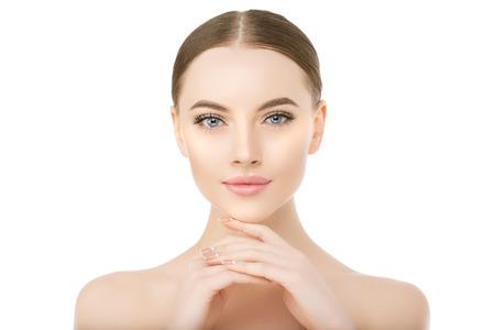Cara de mujer hermosa de cerca en blanco