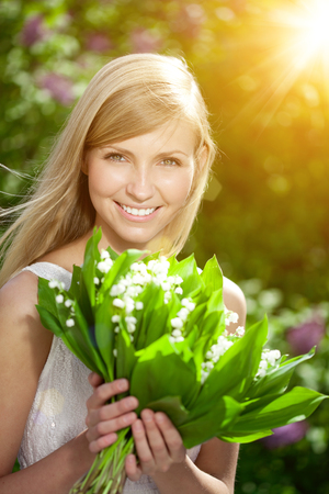 flor de lis: Young woman with a beautiful smile with healthy teeth with flowers.