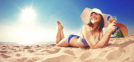 Zomer vakantie, meisje reizen, relaxen op het strand op een achtergrond van water. Fun zomerfeest in de reis. Vrouw op vakantie