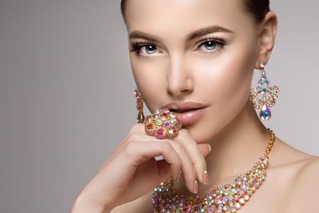 목걸이, 귀걸이와 반지에서 아름 다운 여자입니다. 보석, 다이아몬드의 보석에서 모델입니다. 스톡 콘텐츠