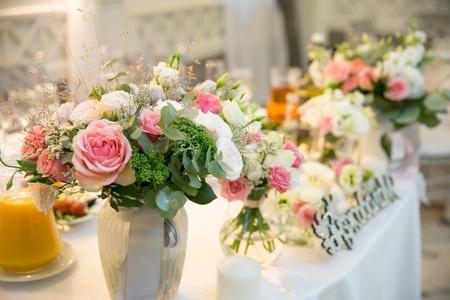 Hochzeit Blumen Brautstrauß. Romantische blühende Einrichtung, Dekoration Bankett.