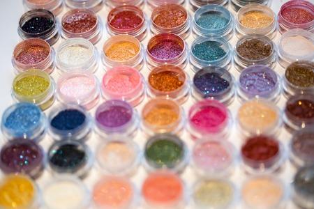 Cosmetics. Pigmenten voor make-up, ogen, lippen, gezicht en lichaam. Briljante stralende, verspreide veelkleurige poeders. Stockfoto