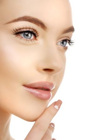 Schoonheid van de jonge vrouw met schone frisse gloeiende huid. Mooi meisje. Cosmetologie en gezichtsbehandeling, spa.