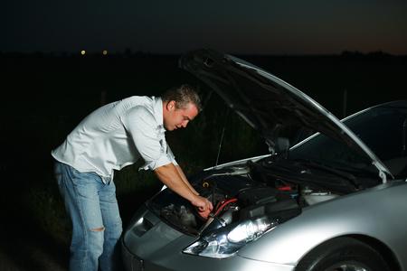 Ð¡ar broke down on the highway at night Foto de archivo