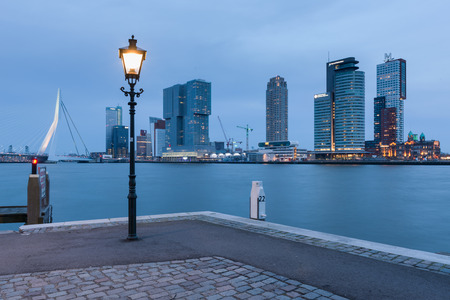 Skyline of Rotterdam seen from the warfside with a street light in the evening Stockfoto