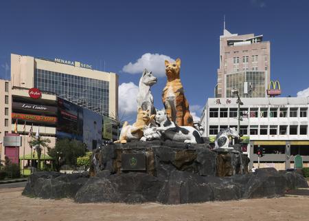 Kuching, Sawarak, Borneo, Malezja - 23 lipca 2018: Pomnik kota w głównym mieście Kuching znanym również jako miasto Cat, stolica Sarawak na Borneo. Publikacyjne