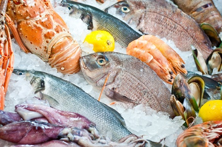 新鮮な魚介類の市場に表示されます。 写真素材