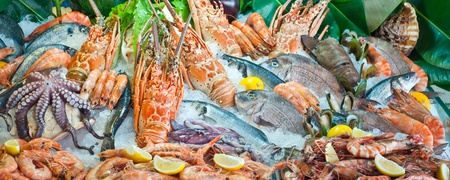 pescados y mariscos: Pescados y mariscos frescos que aparece en el mercado