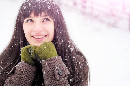 Winter Frau im Schnee nach oben auf copy space draußen auf schneit kalten Wintertag Standard-Bild