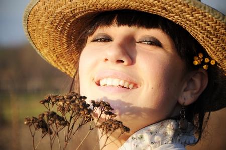 麦わら帽子と笑みを浮かべて農村少女 写真素材