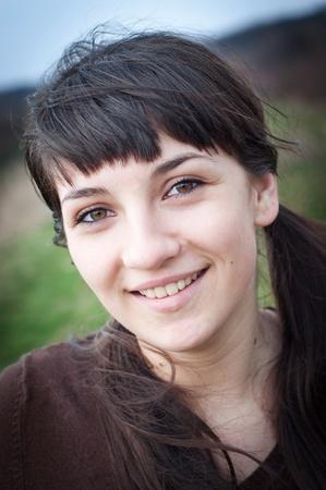 cola mujer: Retrato de una joven sonriente al aire libre Foto de archivo