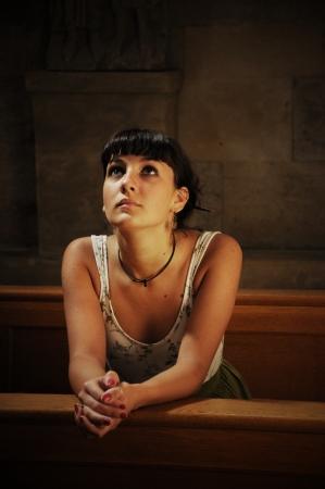 Teenie-Mädchen beten in der Kirche