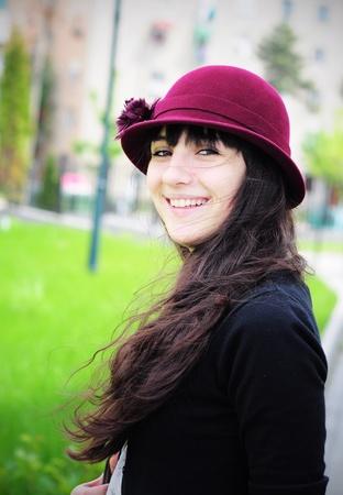 夏の公園の美しい若い女性の肖像画