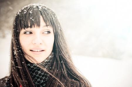 雪の冬の寒い日に外コピー スペースを見て雪の冬女