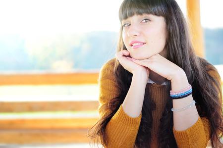 Glückliche junge Frau im Freien genießen Herbstwetter. Copyspace