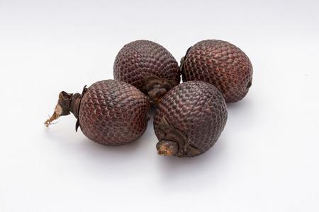 Fruta exótica de América: Aguaje o fruta de la palma Moriche Mauritia flexuosa. Foto de archivo - 43767075