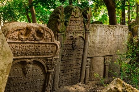 yiddish: Lapidi al vecchio cimitero ebraico nella zona del Ghetto Josefov del centro di Praga
