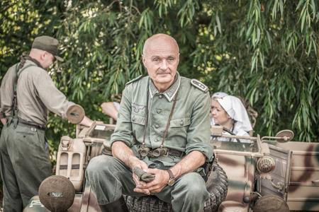 luitenant: Tekov, SLOWAKIJE - juli 26,2014: Duitse luitenant op een pauze tijdens de re-enactment van de Tweede Wereldoorlog gevechten in Slowakije