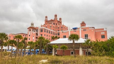 st  pete: ST. PETERSBURG, FLORIDA - 14 gennaio 2015: Loews Don CeSar Hotel si trova a St. Pete Beach. Si tratta di un membro del Historic Hotels of America, il programma del National Trust for Historic Preservation.