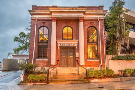 tallahassee: TALLAHASSEE, FLORIDA - JANUARY 16, 2015 : David S. Walker Library (also known as The University Library) in Tallahassee. It serves as the meeting place for the board of Springtime Tallahassee.