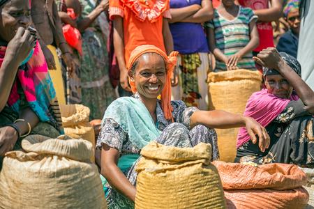 JIMMA, ETHIOPIE - 2 mai 2015: femme éthiopienne vendant des cultures dans un marché bondé locale.