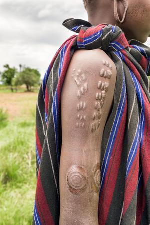 エチオピアで Mursi の部族の典型的な伝統的な乱切