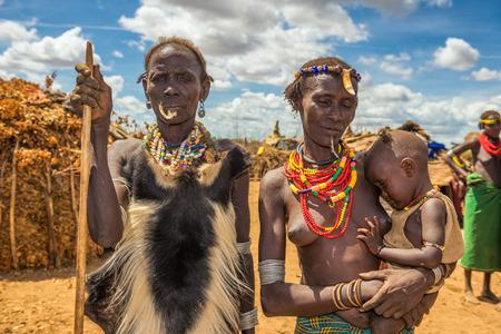 omo vallei, ethiopiË - 6 mei 2015: meisjes en vrouwen uit de