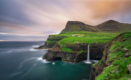 Gasadalur village and its iconic waterfall, Vagar, Faroe Islands, Denmark. Long exposure. Archivio Fotografico