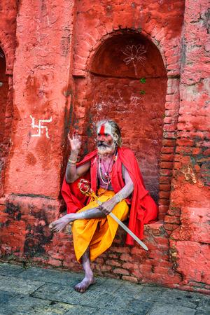caritas pintadas: KATMANDU, NEPAL - 21 DE OCTUBRE, 2015: El vagar sadhu de Shaiva (hombre santo) con cara de pintura tradicional en el antiguo templo de Pashupatinath