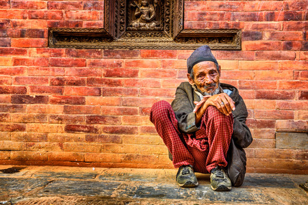 KATHMANDU, NEPAL - OCTOBER 21, 2015 : Old beggar in the street of Kathmandu 에디토리얼
