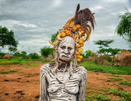 OMO VALLEI, ETHIOPIË - 7 mei 2015: De oude vrouw van de Afrikaanse stam Mursi met lip plaat in haar dorp. Redactioneel