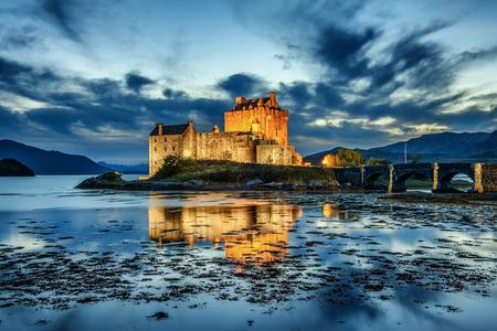 Eilean Donan Castle durante la hora azul después del atardecer. Eilean Donan es reconocido como uno de los lugares más icónicos de Escocia, Reino Unido