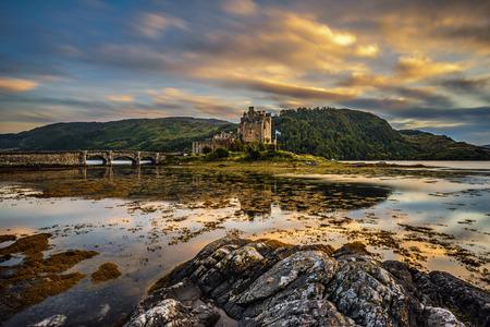 Puesta de sol sobre el castillo de Eilean Donan, Escocia, Reino Unido. Larga exposición. Foto de archivo - 60398433