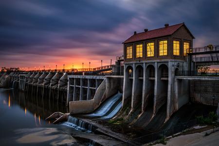Lago presa de Overholser en el Oklahoma City. Fue construido en 1918 para embalsar el agua del río canadiense del Norte. Larga exposición.