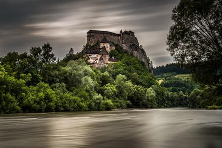 Orava Zamek widziany z wioski Oravsky Podzamok po burzy. Długa ekspozycja.