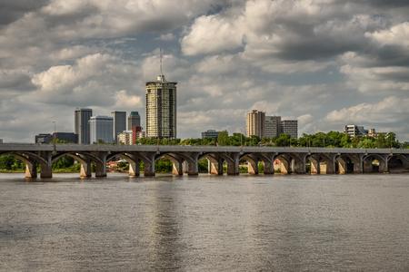 Skyline of Tulsa, Oklahoma with Arkansas river in the foreground Standard-Bild