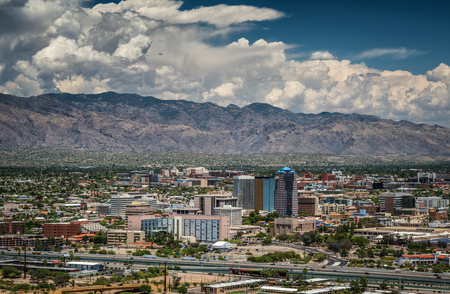 Tucson Skyline e Santa Catalina Montagna da Sentinel Peak Park, Tucson, Arizona, Stati Uniti d'America