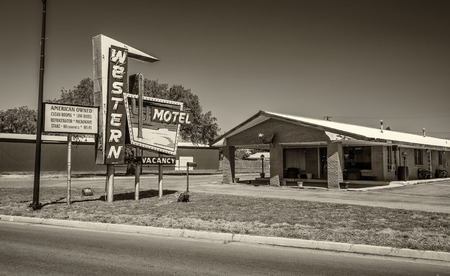 western usa: SAYRE, OKLAHOMA, USA - MAY 12, 2016 : Western Motel neon sign and building located directly on historic Route 66 in  Oklahoma Editorial