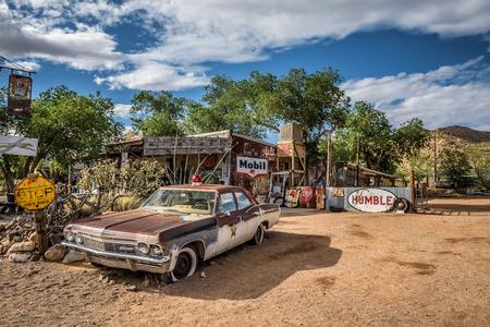 Bagolaro, Arizona, USA - 19 maggio, 2016: incidente d'auto del vecchio sceriffo con una sirena sinistra abbandonata nei pressi del Hackberry General Store. Hackberry General Store è una fermata famoso sulla storica Route 66. Editoriali