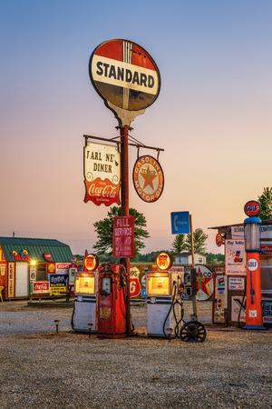 CUBA, Missouri, USA - 11. Mai 2016: Bob Gasoline Alley auf der historischen Route 66 in Kuba. Es ist eine Außen- und Innen Sammlung von mehr als 300 Service-Station Schilder und andere vintage anzeigen. Standard-Bild - 66866409