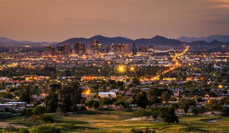 ave fenix: Vista aérea del horizonte de Phoenix Arizona, al atardecer Foto de archivo