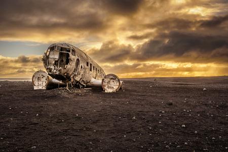 Vieux écrasé avion abandonné sur la plage Solheimasandur près de Vik en Islande avec les nuages ??d'orage lourds dans le ciel. Hdr traitées